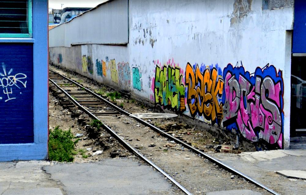 Las vías que se niegan a dejar el ajetreo industrial en Vallejo.
